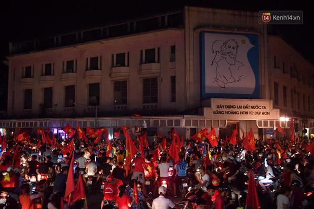 Dân Việt Nam và tình yêu với bóng đá: không đứng thứ nhất thì cũng phải về nhì cái Trái Đất này! - Ảnh 12.