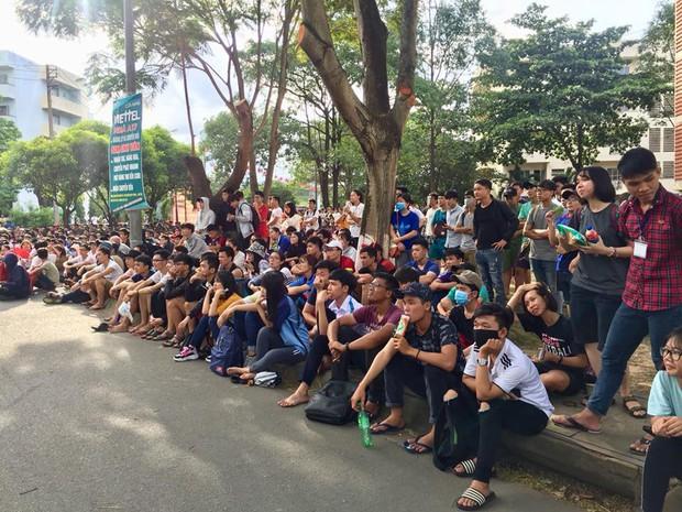 Chùm ảnh cảm xúc: Dưới cơn mưa tầm tã, hàng trăm sinh viên vẫn ngồi ngoài trời, khóc cười cùng Olympic Việt Nam - Ảnh 3.