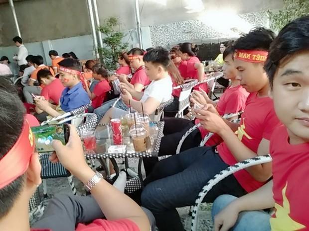 Những gương mặt thất thần khi Việt Nam thua 3-1 trước Hàn Quốc của người hâm mộ tại các trường Đại học - Ảnh 25.