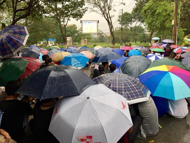 Chùm ảnh cảm xúc: Dưới cơn mưa tầm tã, hàng trăm sinh viên vẫn ngồi ngoài trời, khóc cười cùng Olympic Việt Nam - Ảnh 8.