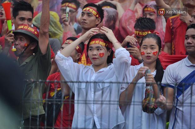 Hà Nội - Sài Gòn đổ mưa lớn, người hâm mộ vẫn đội mưa cổ vũ cho Olympic Việt Nam với tình yêu mãnh liệt - Ảnh 5.