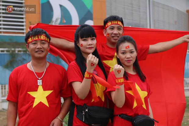 Bình Minh, Only C hòa cùng dòng fan Việt sang Indonesia cổ vũ Olympic Việt Nam - Ảnh 1.