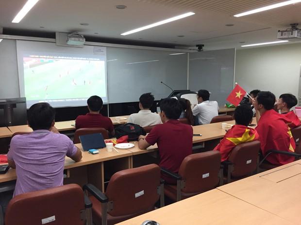 Trực tiếp từ Hàn Quốc: Hàng nghìn du học sinh và người hâm mộ hô vang Việt Nam vô địch trên đất Hàn, mong chờ phép màu xảy ra - Ảnh 12.