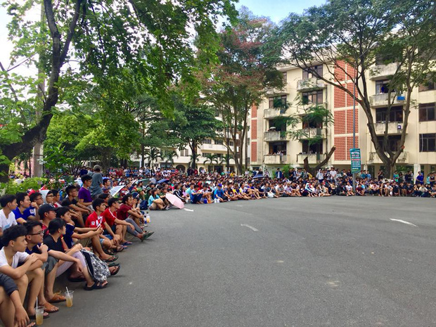 Chùm ảnh cảm xúc: Dưới cơn mưa tầm tã, hàng trăm sinh viên vẫn ngồi ngoài trời, khóc cười cùng Olympic Việt Nam - Ảnh 4.