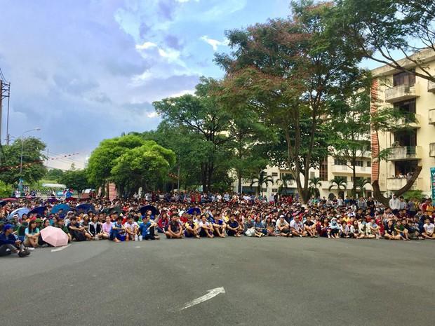 Chùm ảnh cảm xúc: Dưới cơn mưa tầm tã, hàng trăm sinh viên vẫn ngồi ngoài trời, khóc cười cùng Olympic Việt Nam - Ảnh 7.