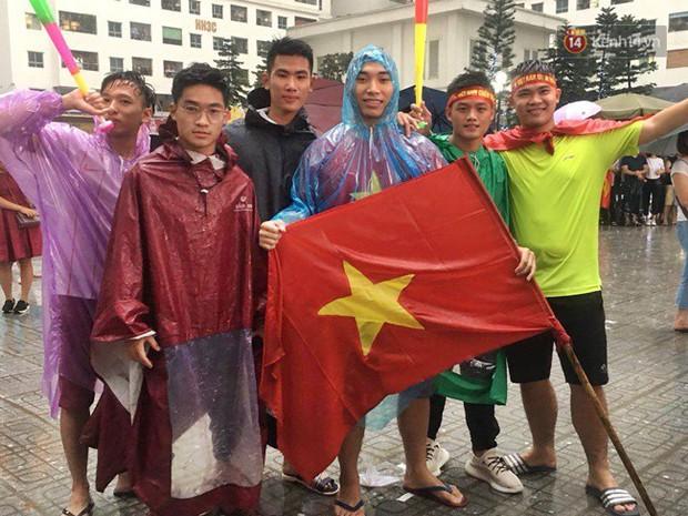 Hà Nội - Sài Gòn đổ mưa lớn, người hâm mộ vẫn đội mưa cổ vũ cho Olympic Việt Nam với tình yêu mãnh liệt - Ảnh 1.