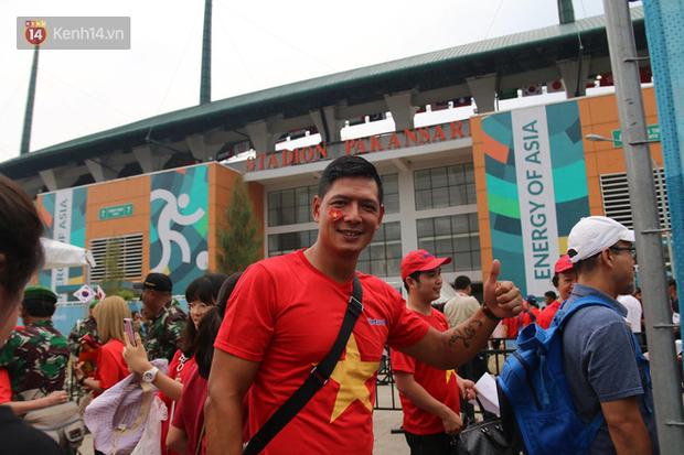 Bình Minh, Only C hòa cùng dòng fan Việt sang Indonesia cổ vũ Olympic Việt Nam - Ảnh 4.