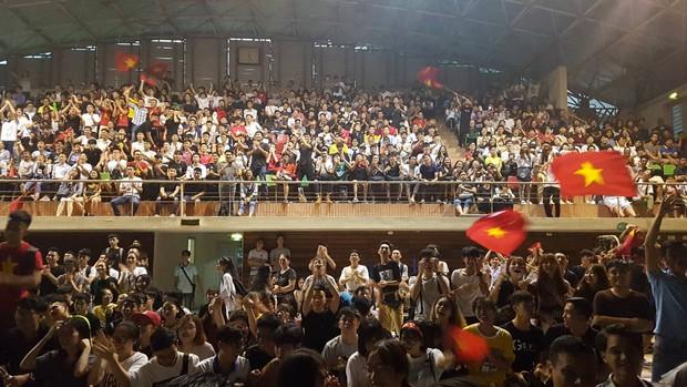 Những gương mặt thất thần khi Việt Nam thua 3-1 trước Hàn Quốc của người hâm mộ tại các trường Đại học - Ảnh 3.