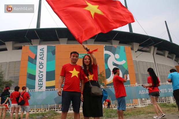 Bình Minh, Only C hòa cùng dòng fan Việt sang Indonesia cổ vũ Olympic Việt Nam - Ảnh 6.
