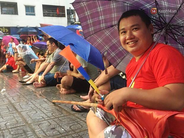 Hà Nội - Sài Gòn đổ mưa lớn, người hâm mộ vẫn đội mưa cổ vũ cho Olympic Việt Nam với tình yêu mãnh liệt - Ảnh 2.
