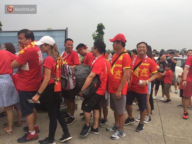 Bình Minh, Only C hòa cùng dòng fan Việt sang Indonesia cổ vũ Olympic Việt Nam - Ảnh 2.