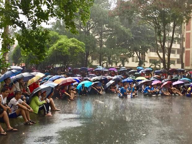 Chùm ảnh cảm xúc: Dưới cơn mưa tầm tã, hàng trăm sinh viên vẫn ngồi ngoài trời, khóc cười cùng Olympic Việt Nam - Ảnh 1.