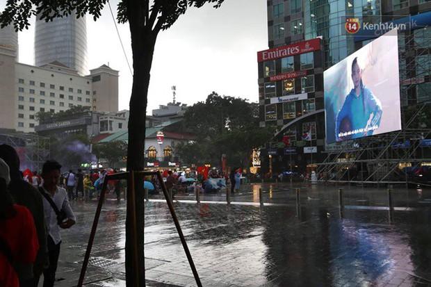 Hà Nội - Sài Gòn đổ mưa lớn, người hâm mộ vẫn đội mưa cổ vũ cho Olympic Việt Nam với tình yêu mãnh liệt - Ảnh 7.