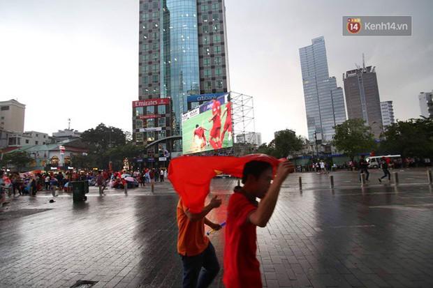 Hà Nội - Sài Gòn đổ mưa lớn, người hâm mộ vẫn đội mưa cổ vũ cho Olympic Việt Nam với tình yêu mãnh liệt - Ảnh 6.