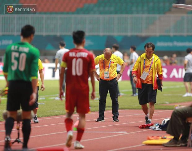 HLV Park Hang Seo cúi đầu giấu nỗi buồn sau trận thua Hàn Quốc - Ảnh 1.