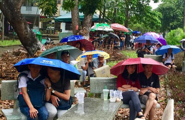 Chùm ảnh cảm xúc: Dưới cơn mưa tầm tã, hàng trăm sinh viên vẫn ngồi ngoài trời, khóc cười cùng Olympic Việt Nam - Ảnh 11.