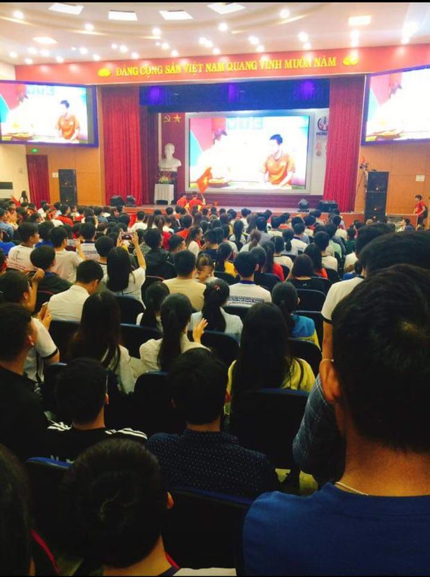 Những gương mặt thất thần khi Việt Nam thua 3-1 trước Hàn Quốc của người hâm mộ tại các trường Đại học - Ảnh 24.