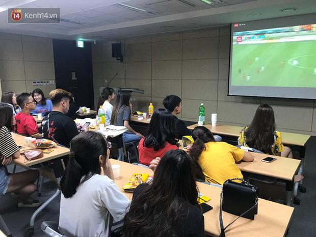 Trực tiếp từ Hàn Quốc: Hàng nghìn du học sinh và người hâm mộ hô vang Việt Nam vô địch trên đất Hàn, mong chờ phép màu xảy ra - Ảnh 8.