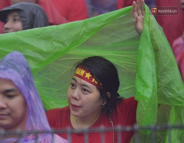 Hà Nội - Sài Gòn đổ mưa lớn, người hâm mộ vẫn đội mưa cổ vũ cho Olympic Việt Nam với tình yêu mãnh liệt - Ảnh 4.