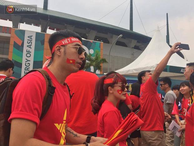 Bình Minh, Only C hòa cùng dòng fan Việt sang Indonesia cổ vũ Olympic Việt Nam - Ảnh 5.