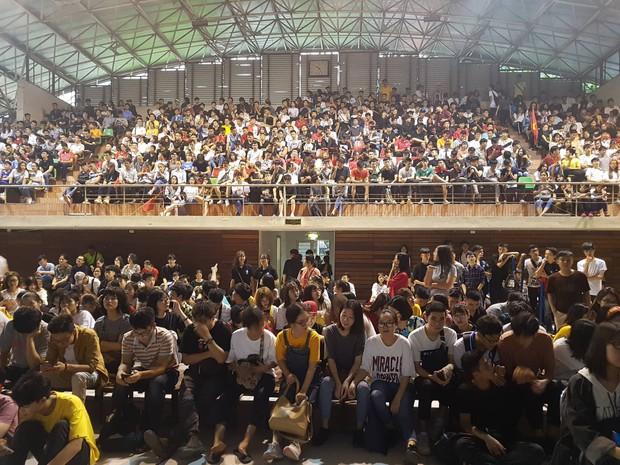 Những gương mặt thất thần khi Việt Nam thua 3-1 trước Hàn Quốc của người hâm mộ tại các trường Đại học - Ảnh 10.