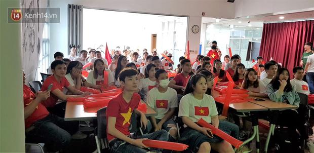 Trực tiếp từ Hàn Quốc: Hàng nghìn du học sinh và người hâm mộ hô vang Việt Nam vô địch trên đất Hàn, mong chờ phép màu xảy ra - Ảnh 3.