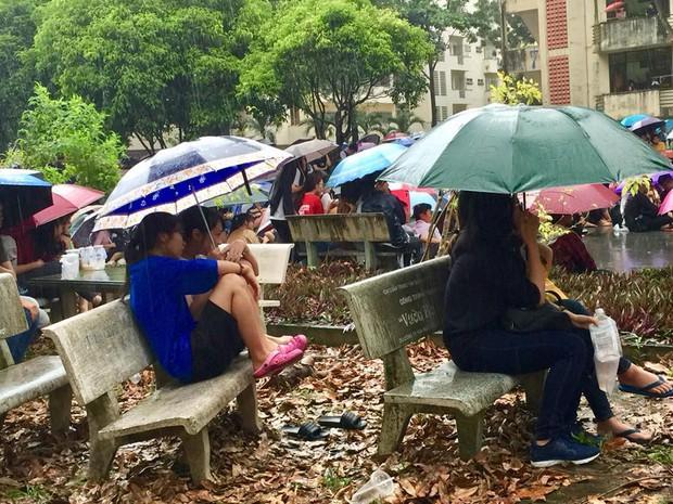 Chùm ảnh cảm xúc: Dưới cơn mưa tầm tã, hàng trăm sinh viên vẫn ngồi ngoài trời, khóc cười cùng Olympic Việt Nam - Ảnh 14.