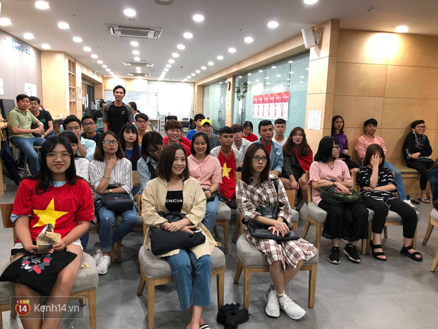 Trực tiếp từ Hàn Quốc: Hàng nghìn du học sinh và người hâm mộ hô vang Việt Nam vô địch trên đất Hàn, mong chờ phép màu xảy ra - Ảnh 7.