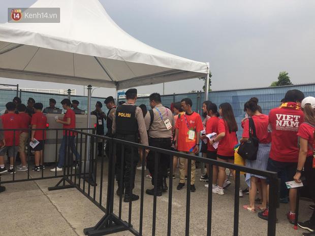 Bình Minh, Only C hòa cùng dòng fan Việt sang Indonesia cổ vũ Olympic Việt Nam - Ảnh 9.