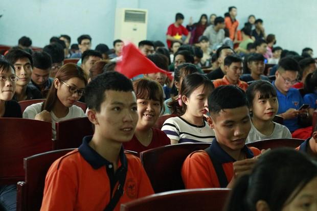 Những gương mặt thất thần khi Việt Nam thua 3-1 trước Hàn Quốc của người hâm mộ tại các trường Đại học - Ảnh 23.
