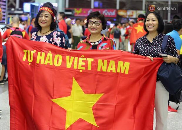 Sân bay Nội Bài nhuộm đỏ màu cờ sắc áo, hàng trăm cổ động viên lên đường sang Indonesia tiếp lửa cho đội tuyển Olympic Việt Nam - Ảnh 5.