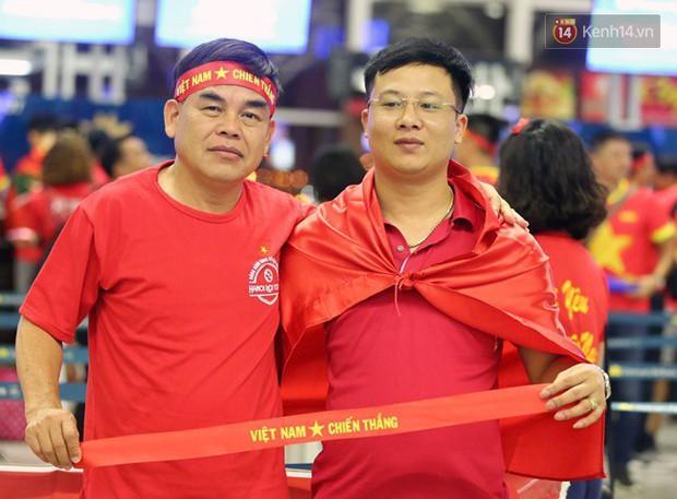 Sân bay Nội Bài nhuộm đỏ màu cờ sắc áo, hàng trăm cổ động viên lên đường sang Indonesia tiếp lửa cho đội tuyển Olympic Việt Nam - Ảnh 6.