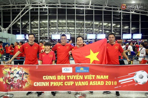 Sân bay Nội Bài nhuộm đỏ màu cờ sắc áo, hàng trăm cổ động viên lên đường sang Indonesia tiếp lửa cho đội tuyển Olympic Việt Nam - Ảnh 7.