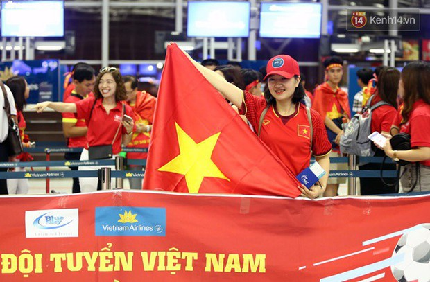 Sân bay Nội Bài nhuộm đỏ màu cờ sắc áo, hàng trăm cổ động viên lên đường sang Indonesia tiếp lửa cho đội tuyển Olympic Việt Nam - Ảnh 8.