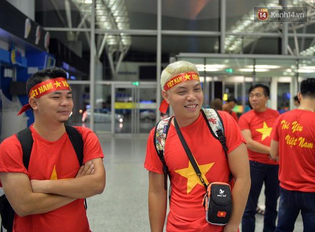 Sân bay Nội Bài nhuộm đỏ màu cờ sắc áo, hàng trăm cổ động viên lên đường sang Indonesia tiếp lửa cho đội tuyển Olympic Việt Nam - Ảnh 9.