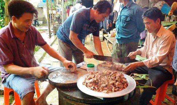 Gia đình Bùi Tiến Dũng mổ trâu cổ vũ Việt Nam đá bán kết với Hàn Quốc- Ảnh 2.