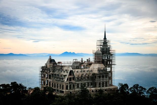 Hé lộ về chủ nhân kín tiếng của tòa lâu đài tráng lệ 400 tỷ trên đỉnh Tam Đảo - Ảnh 2.