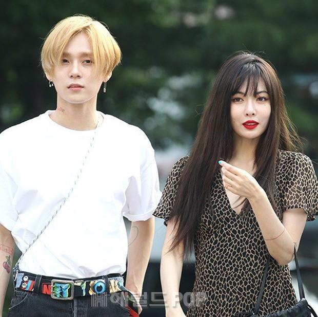 Hyuna và bạn trai gây sốt vì công khai ôm vai quá ngọt, nhưng điều netizen chú ý lại là người đàn ông đằng sau - Ảnh 8.