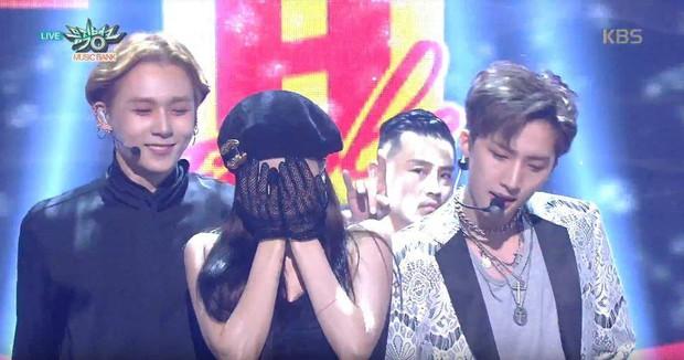 Hyuna và bạn trai gây sốt vì công khai ôm vai quá ngọt, nhưng điều netizen chú ý lại là người đàn ông đằng sau - Ảnh 2.