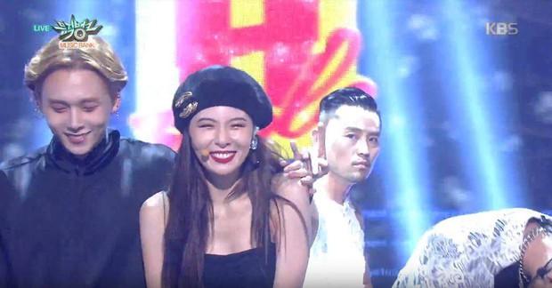 Hyuna và bạn trai gây sốt vì công khai ôm vai quá ngọt, nhưng điều netizen chú ý lại là người đàn ông đằng sau - Ảnh 1.