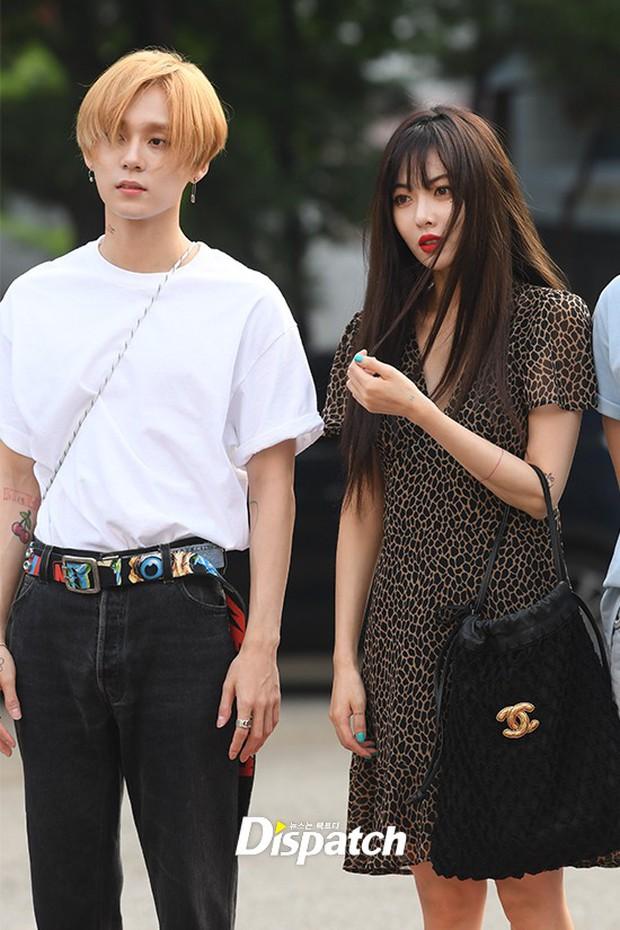 Hyuna và bạn trai gây sốt vì công khai ôm vai quá ngọt, nhưng điều netizen chú ý lại là người đàn ông đằng sau - Ảnh 11.