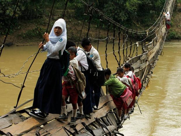 Bộ ảnh gây sốt về những con đường đến trường đầy hiểm nguy của học sinh trên thế giới, 1 phút sơ sẩy là mất mạng - Ảnh 1.