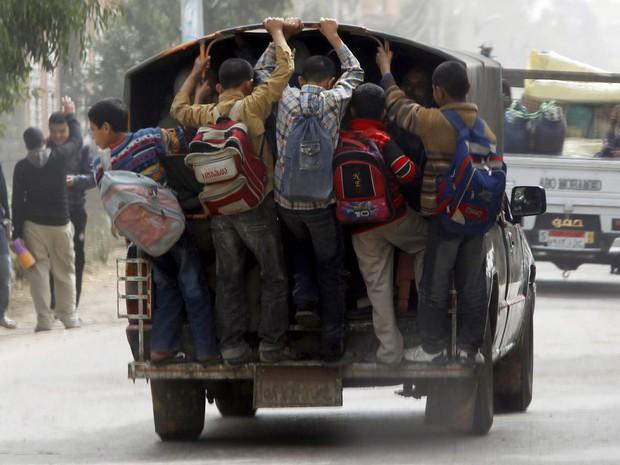 Bộ ảnh gây sốt về những con đường đến trường đầy hiểm nguy của học sinh trên thế giới, 1 phút sơ sẩy là mất mạng - Ảnh 15.