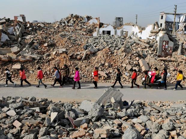 Bộ ảnh gây sốt về những con đường đến trường đầy hiểm nguy của học sinh trên thế giới, 1 phút sơ sẩy là mất mạng - Ảnh 3.