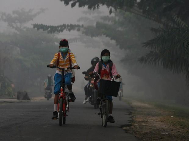 Bộ ảnh gây sốt về những con đường đến trường đầy hiểm nguy của học sinh trên thế giới, 1 phút sơ sẩy là mất mạng - Ảnh 19.