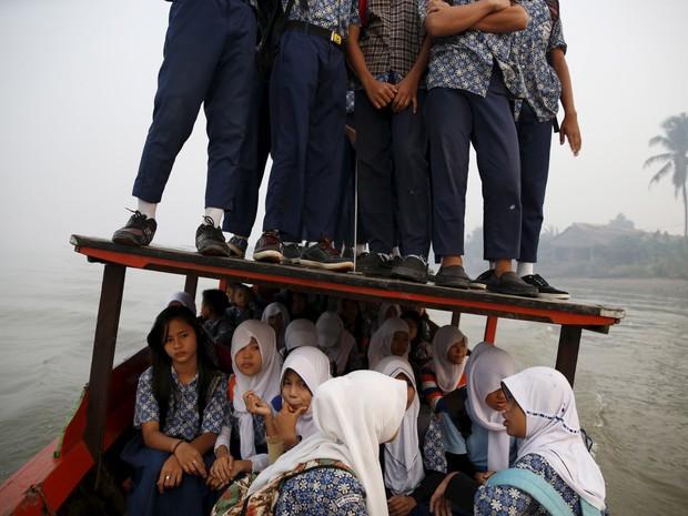 Bộ ảnh gây sốt về những con đường đến trường đầy hiểm nguy của học sinh trên thế giới, 1 phút sơ sẩy là mất mạng - Ảnh 21.
