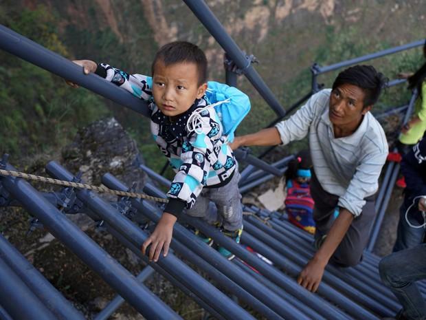 Bộ ảnh gây sốt về những con đường đến trường đầy hiểm nguy của học sinh trên thế giới, 1 phút sơ sẩy là mất mạng - Ảnh 23.