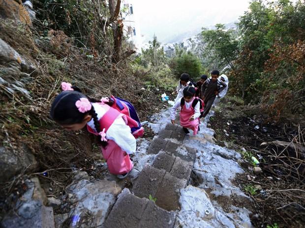 Bộ ảnh gây sốt về những con đường đến trường đầy hiểm nguy của học sinh trên thế giới, 1 phút sơ sẩy là mất mạng - Ảnh 27.