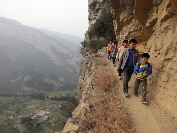 Bộ ảnh gây sốt về những con đường đến trường đầy hiểm nguy của học sinh trên thế giới, 1 phút sơ sẩy là mất mạng - Ảnh 31.