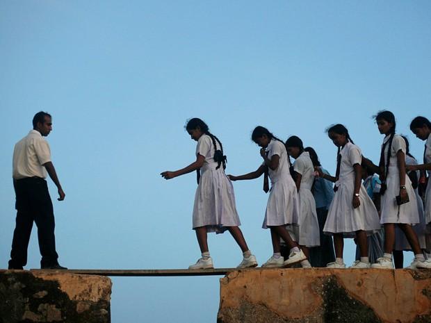 Bộ ảnh gây sốt về những con đường đến trường đầy hiểm nguy của học sinh trên thế giới, 1 phút sơ sẩy là mất mạng - Ảnh 33.